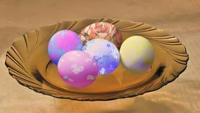 在板材的复活节彩蛋。 库存照片
