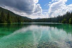 五个谷圈的鲜绿色湖在碧玉的 免版税库存照片