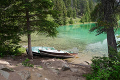五个谷圈的鲜绿色湖在碧玉的 图库摄影