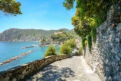 五乡地:从韦尔纳扎的供徒步旅行的小道向蒙泰罗索阿尔马雷,远足在初夏在地中海风景,利古里亚意大利 免版税库存照片