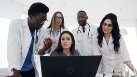 五位年轻医生开会议在医院 影视素材