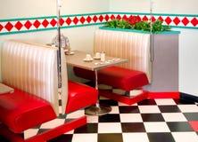 五十年代样式餐馆吃饭的客人表 免版税图库摄影