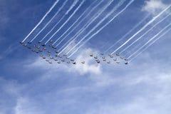 五十架飞行的飞机跨线桥 库存照片