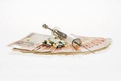 从五十欧元和医疗注射器的爱好者 欧洲现金 医学,药物,麻醉,针,片剂,药片购买的金钱  免版税库存照片