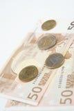 五十欧洲笔记扇动与各种各样的欧洲硬币 免版税库存图片
