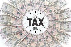 五十美元笔记在与消息`的环形轧材安排了它` s税时间! ` 免版税库存照片