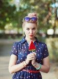 五十年代样式的美丽的少妇用糖果 库存照片