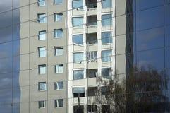 五十年代高层居民住房在新的玻璃ar反射了 图库摄影