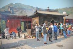 五台山脉寺庙的,山西,中国祈祷的人 免版税库存照片