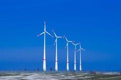 五台风车ia每在冬天风景的小组 免版税图库摄影