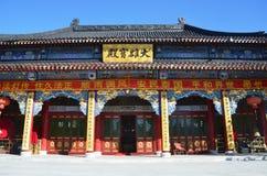 五大连池,中国, 2017年10月, 15日 对寺庙Zhongling的入口在绝种Yaoquan火山上面在五大连池, 库存照片
