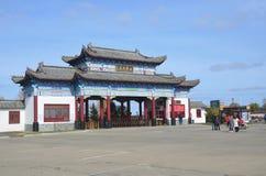 五大连池,中国, 2017年10月, 07日 走在入口附近的人们到入口到矿物春天在五大连池 免版税库存照片