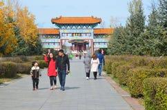 五大连池,中国, 2017年10月, 07日 走在入口附近的人们到北部矿物春天在五大连池 库存照片