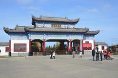 五大连池,中国, 2017年10月, 07日 走在入口附近的人们到北部矿物春天在五大连池 免版税库存照片