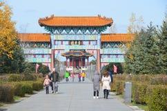 五大连池,中国, 2017年10月, 07日 走在路的人们到他入到北部矿物春天在五大连池 免版税库存照片