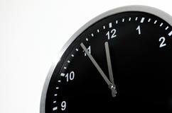 五对在黑壁钟的午夜设置 免版税库存照片