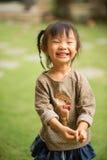 五岁的中国亚裔女孩在做面孔的庭院里 免版税图库摄影