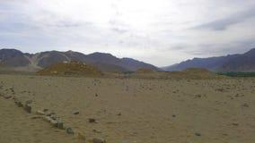 五座石金字塔在Caral,利马,秘鲁沙漠  免版税库存图片