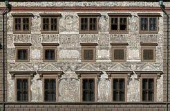 五彩拉毛陶在城镇厅的墙壁装饰在比尔森,捷克 库存照片