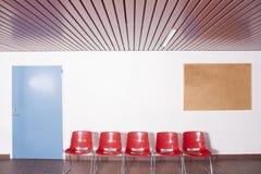 五把空的椅子 免版税库存照片