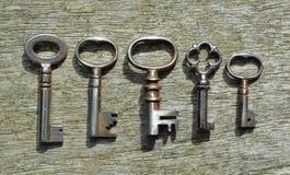五把非常小古色古香的管子钥匙 免版税库存图片