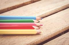 五支五颜六色的木铅笔 免版税库存照片