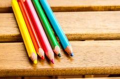 五支五颜六色的木铅笔 库存照片