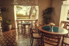 五星历史小店旅馆的游廊有老木家具的 免版税图库摄影