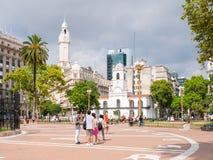 五月广场和Cabildo大厦的人们在布宜诺斯艾利斯, Ar 免版税库存图片
