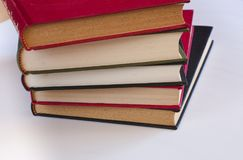 五本被堆积的书 免版税库存图片