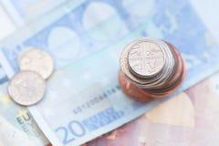 五枚便士硬币和欧洲笔记 免版税库存照片