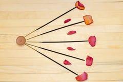 五根香火棍子和干燥玫瑰花瓣舱内甲板位置 库存图片