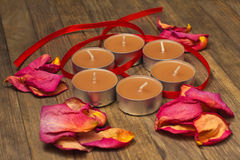五根香火棍子和干燥玫瑰花瓣舱内甲板位置 图库摄影