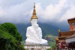 五白色坐的Buddhas是地标 从入口的看法往主要寺庙 它在Khao称Wat Pha Sorn Kaew, 免版税图库摄影