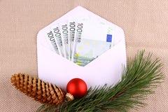 五百在信封的欧元金钱与圣诞节deco 免版税库存图片