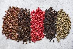 五种胡椒颜色和品种背景 免版税库存照片