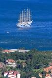 五被上船桅的船在科托尔湾,黑山 免版税库存图片
