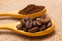 五谷和碾碎的咖啡与木匙子在黄麻帆布 库存照片
