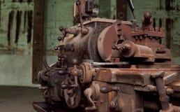 五谷图象:关闭老机器工厂制造钢和u 库存照片