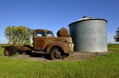 五谷容器的老卡车 库存照片