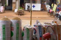 五谷种子在塑料袋的在地方市场上 库存图片