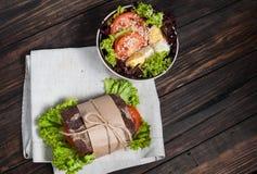 五谷面包三明治和新鲜蔬菜在木头 免版税库存照片