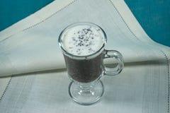 五谷Chia与汁液和牛奶混合了在玻璃杯子在一块轻的织品布料 库存照片