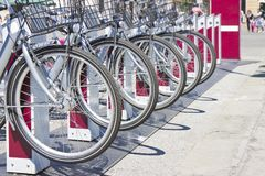 五辆出租自行车在意大利街道-与警察的图象上停放了 免版税库存图片