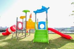 五颜六色一个滑稽的孩子操场有天空背景 图库摄影