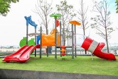 五颜六色一个滑稽的孩子操场有天空背景 库存照片