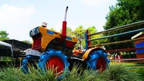 五颜六色一台老的拖拉机 图库摄影