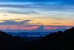 五颜六色与云彩的天空早晨 免版税库存照片