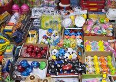 五颜六色中国制造戏弄和材料在河内街道上的待售  免版税库存照片