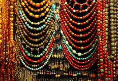 五颜六色义卖市场的小珠 免版税库存照片